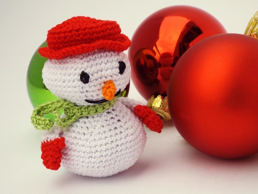 Addobbi amigurumi: cappello di Babbo Natale a uncinetto. | 675x900